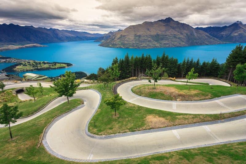 Luge Spur mit schönem See und Berg lizenzfreie stockbilder