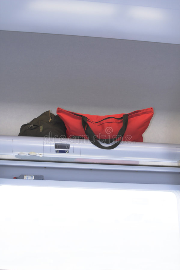 Luggages binnen een vliegtuig stock foto's