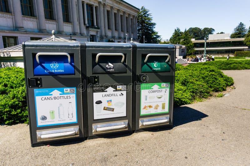 13 luglio 2019 Berkeley/CA/U.S.A. - riciclare le scatole e le bottiglie, l'immondizia del materiale di riporto ed alcuni tipi di  immagini stock