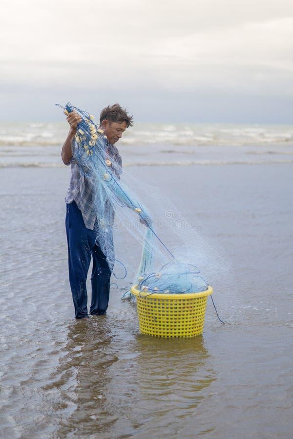 12 luglio 2017 - Chantaburi, Tailandia, pescatore reparing la rete da pesca immagini stock libere da diritti