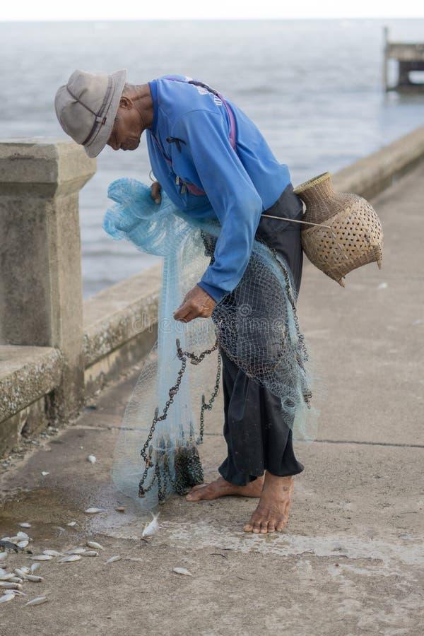 12 luglio 2017 - Chantaburi, Tailandia - pescatori anziani che eliminano i fis immagini stock libere da diritti