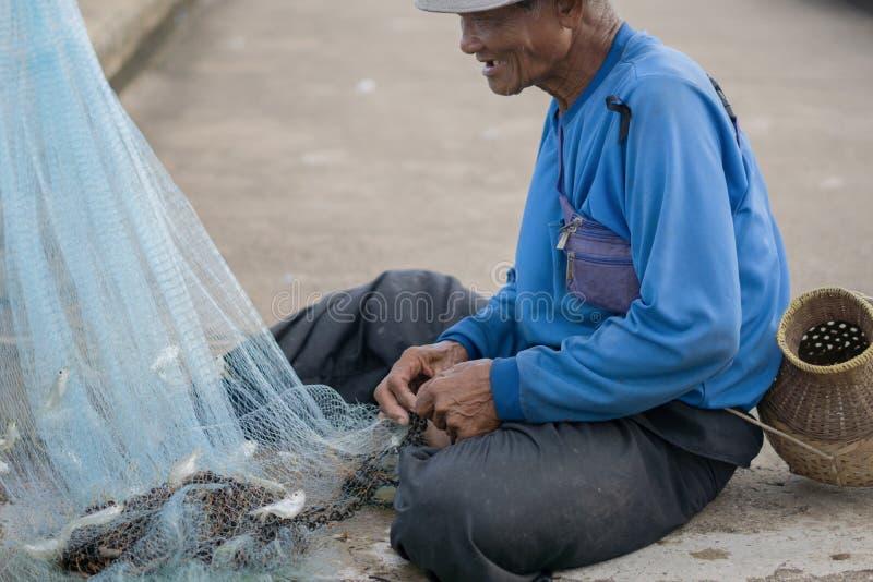12 luglio 2017 - Chantaburi, Tailandia - pescatori anziani che eliminano i fis fotografia stock libera da diritti