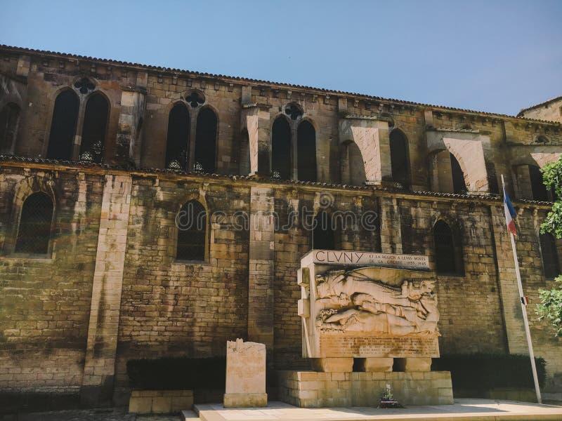 18 luglio 2017 città della Francia di Cluny, regione della Borgogna: Vecchia via stretta della parte centrale della città di esta fotografia stock libera da diritti