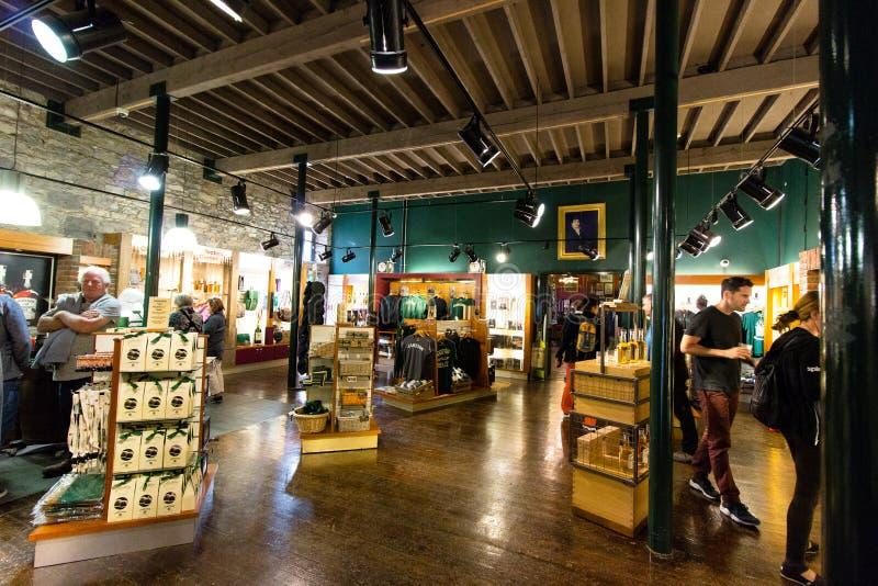 29 luglio 2017, i distillatori camminano, Midleton, il sughero di Co, Irlanda - vendi il negozio dentro Jameson Experience fotografia stock libera da diritti
