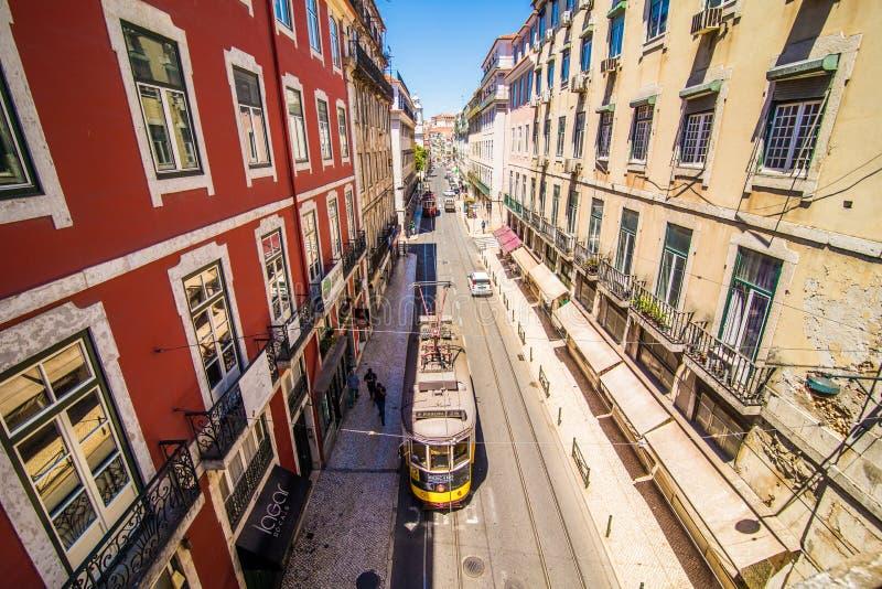 10 luglio 2017 - Lisbona, Portogallo Tram giallo storico davanti alla cattedrale di Lisbona, Alfama, Lisbona, Portogallo fotografia stock libera da diritti
