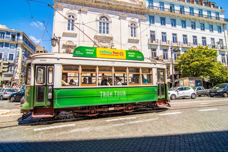 10 luglio 2017 - Lisbona, Portogallo Tram giallo storico davanti alla cattedrale di Lisbona, Alfama, Lisbona, Portogallo immagini stock