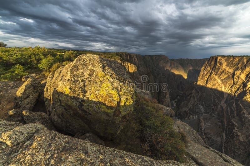 24 LUGLIO 2018 MONTROSE COLORADO U.S.A. - rocce dipinte al canyon nero di Gunnison fuori di Montrose Colorado immagini stock