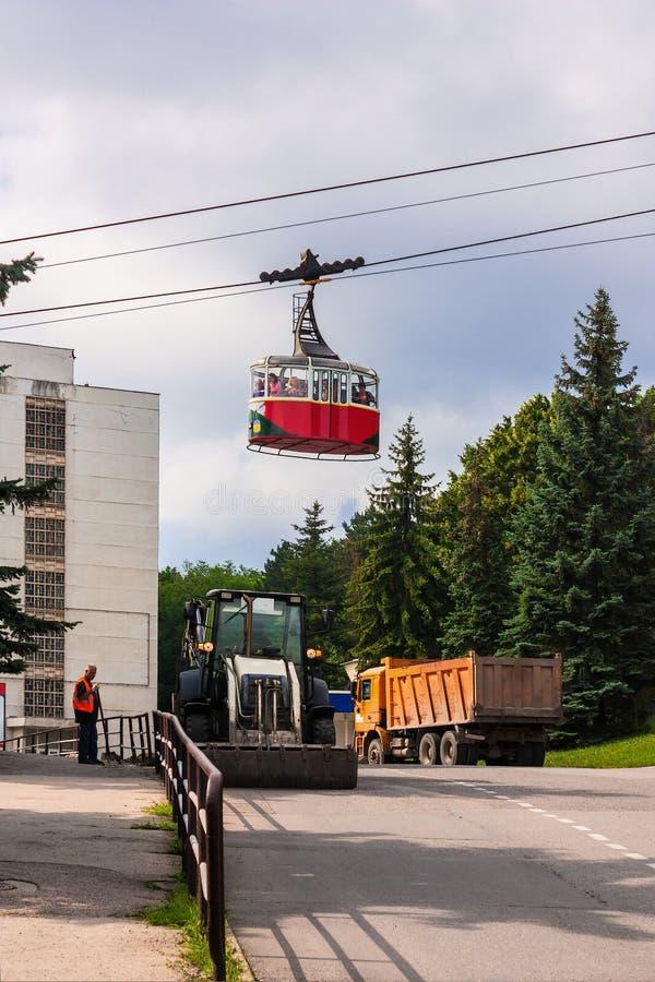 5 luglio 2017 Pjatigorsk Federazione Russa La gente sta guidando nel ropeway dell'automobile fotografia stock