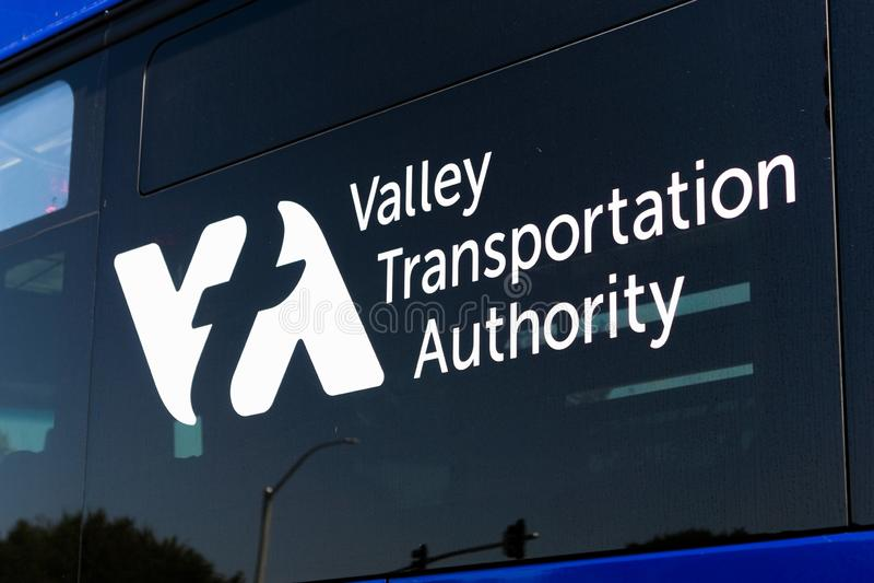 31 luglio 2018 Sunnyvale/CA/U.S.A. - la fine su del logo di VTA (Santa Clara Valley Transport Authority) ha visualizzato su uno d fotografia stock libera da diritti