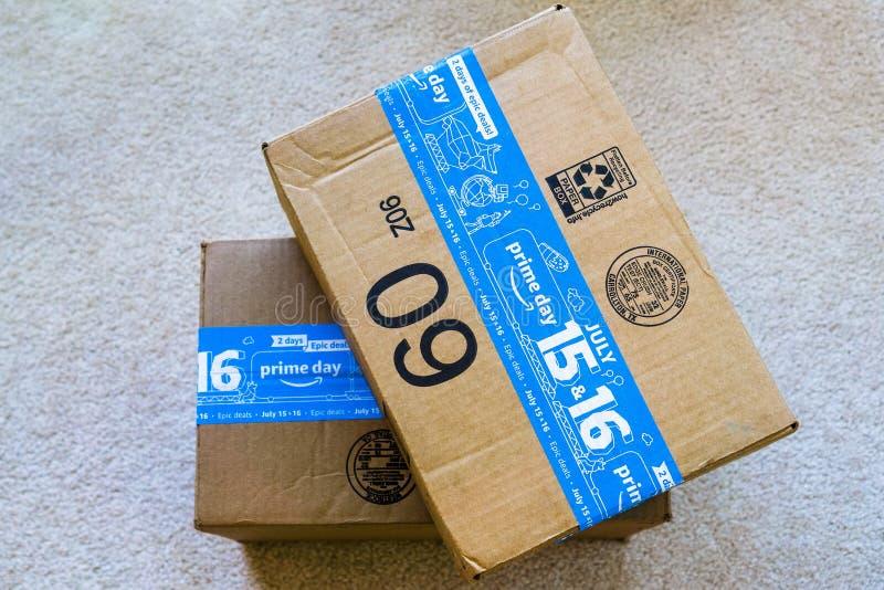 16 luglio 2019 Sunnyvale/CA/U.S.A. - trazione di compera di giorno dell'Amazon Prime le scatole di 1 consegna di giorno; Il giorn fotografia stock libera da diritti