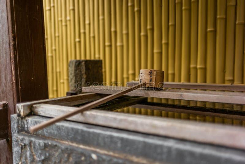Lugn på vattenhandfatet på ingången av en relikskrin i Japa royaltyfri fotografi