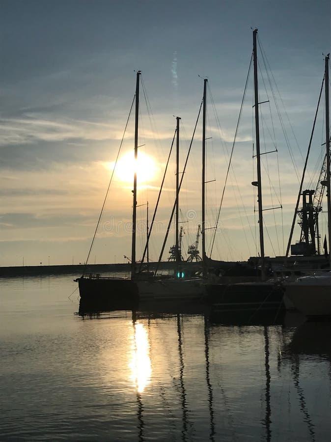 Lugna Adriatiskt hav och solnedgång från hamn av Rijeka arkivfoton