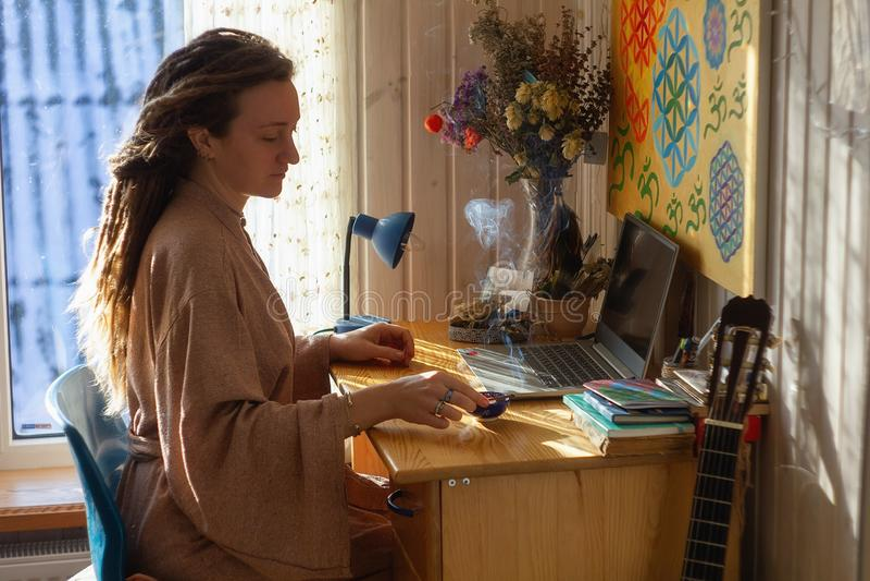 Lugna attraktiv kvinnakänsla kopplade av i regeringsställning hemmet, arkivfoton