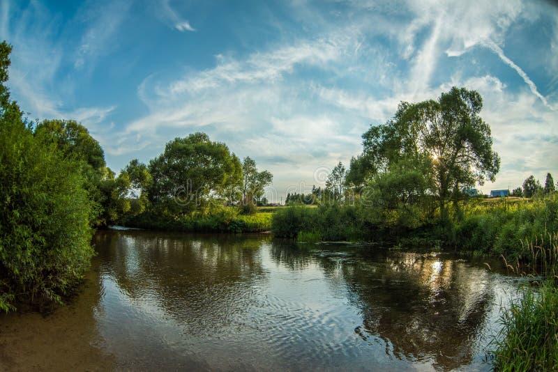 Lugna flod i sommaren Ställe för att fiska i floden arkivbild