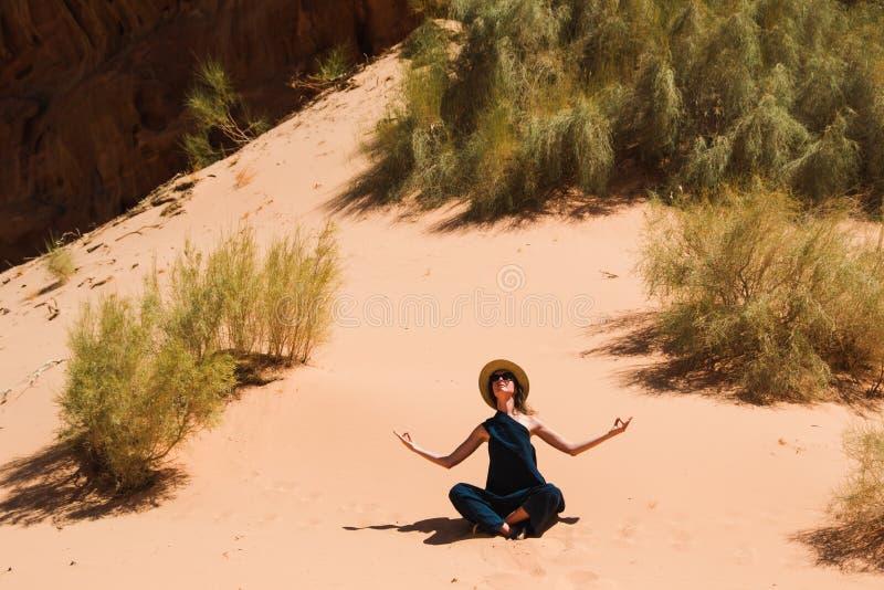 Lugna fridsamt begrepp Avslappnande meditation för flicka i den Wadi Rum öknen, Jordanien Lopplivsstil, sommarsemestrar, reträtt royaltyfria bilder