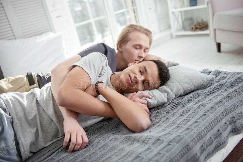 Lugna glade par som kramar under sömn arkivfoton