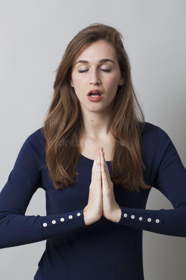 Lugna händer för att meditera på kontoret royaltyfri foto