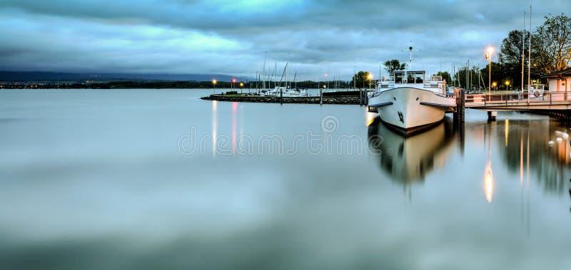 Lugna hamn tidigt på morgonen på sjön Morat i Schweiz arkivfoto
