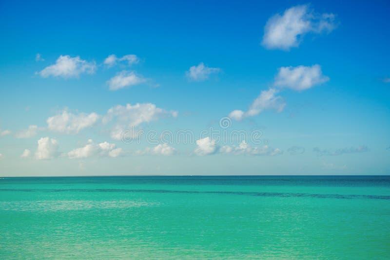 Lugna hav, hav och blå molnig himmel horisont Pittoresk seascape royaltyfri bild