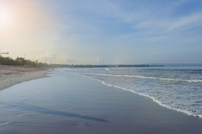 Lugna hav med små vågor Tropiskt landskap med en sikt av volcanoesna fotografering för bildbyråer