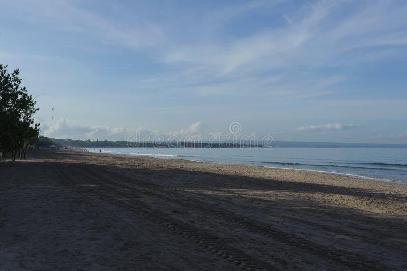 Lugna hav med små vågor Tropiskt landskap med en sikt av volcanoesna arkivfoto