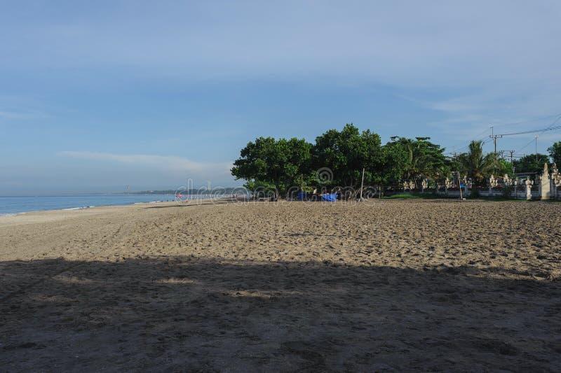 Lugna hav med små vågor Tropiskt landskap med en sikt av volcanoesna royaltyfri bild