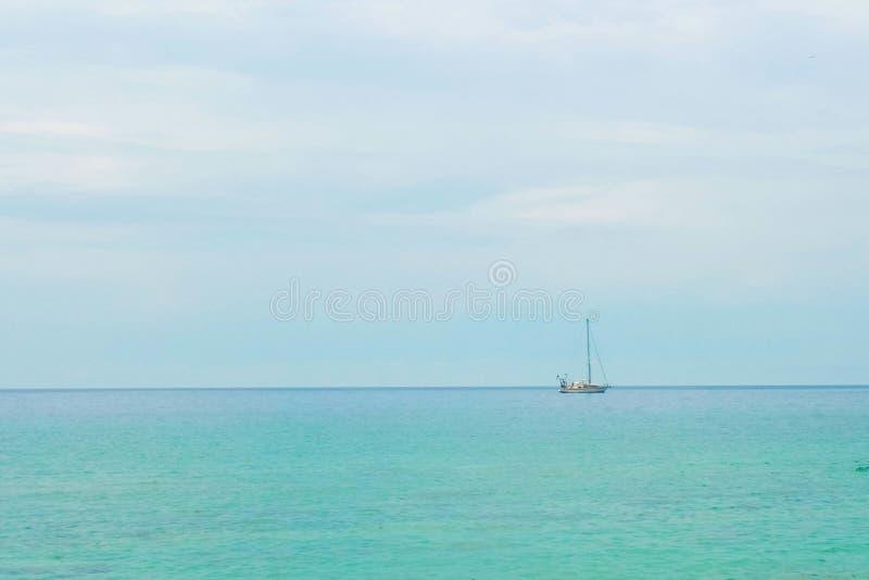 Lugna hav, skepp, turkoshav arkivfoto
