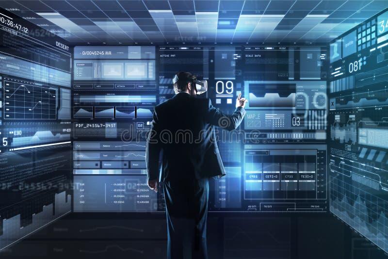 Lugna kompetent programmerare som arbetar och använder virtuell verklighetexponeringsglas royaltyfria bilder