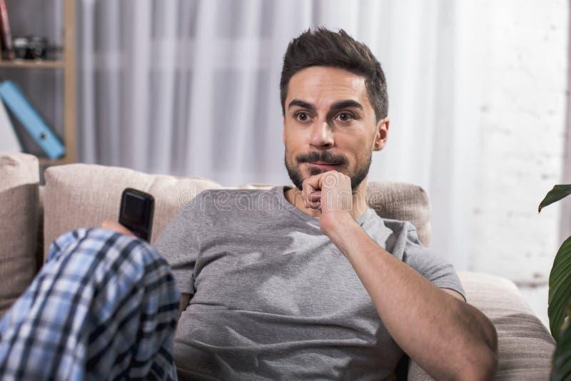 Lugna manligt ha fritid inomhus fotografering för bildbyråer