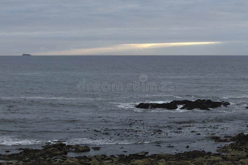 Lugna molnig seascape i aftonen royaltyfria bilder