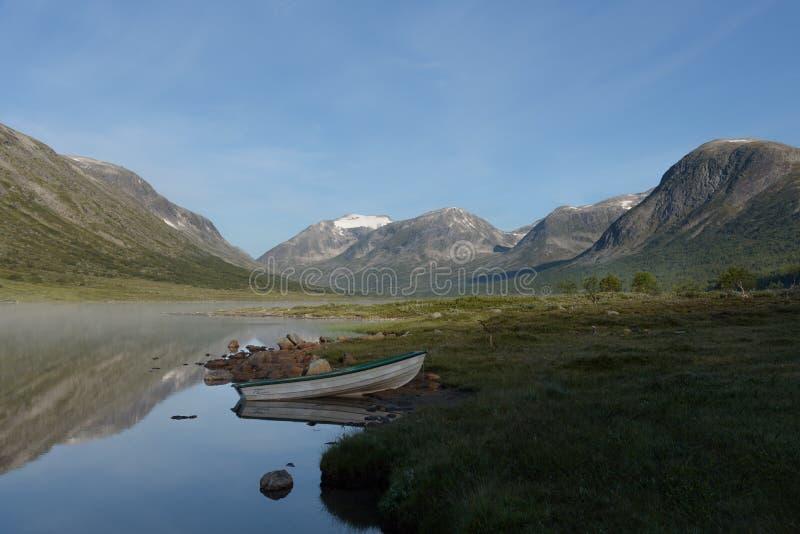 Lugna morgon i bergen arkivbilder