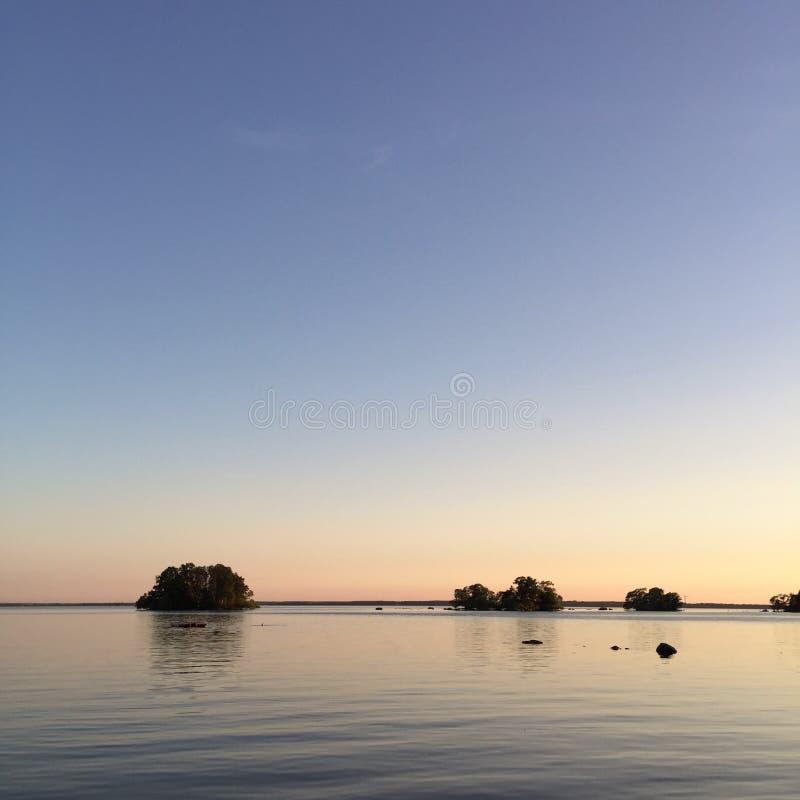 Lugna natt och vatten, sjö Hjälmaren, Sverige royaltyfri fotografi