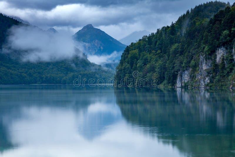 Lugna sjöar med dimma i morgon royaltyfri bild