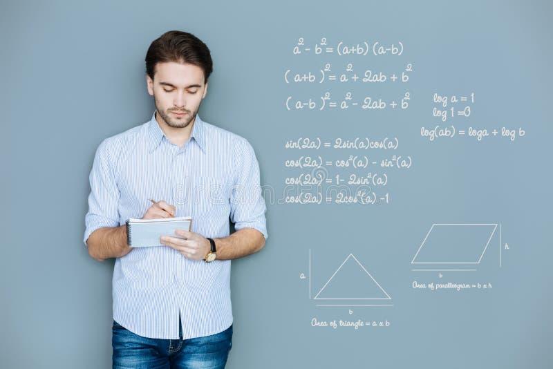 Lugna studentdanandeanmärkningar, medan vara på geometrikursen royaltyfri foto