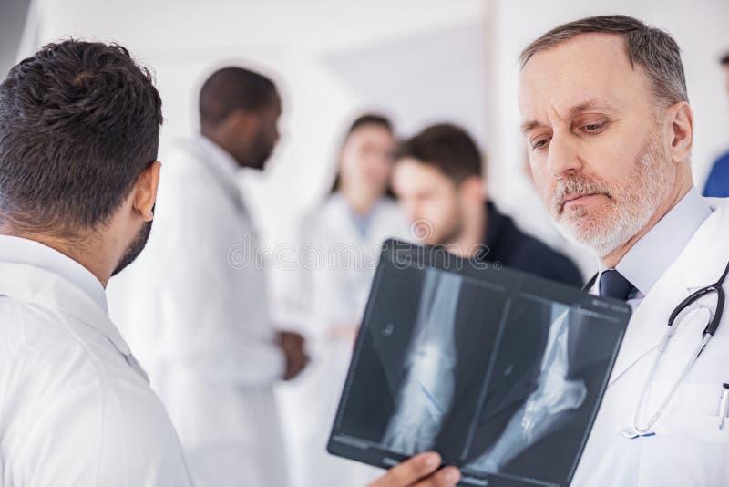Lugna terapeutiskt hålla ögonen på på röntgenbild i sjukhus fotografering för bildbyråer