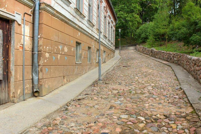 Lugna väg utan folk som går upp Härlig liten gammal stad Talsi i Lettland i dagsljus arkivfoto
