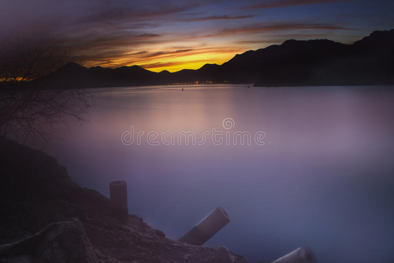Lugna vatten - Roosevelt Lake, Arizona, USA arkivbild