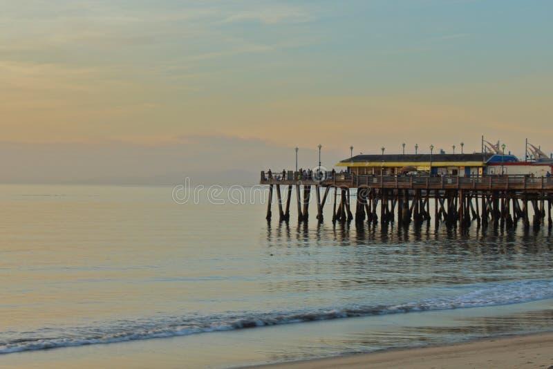 Lugna vinterafton på den Redondo Beach pir, Los Angeles, Kalifornien royaltyfri fotografi