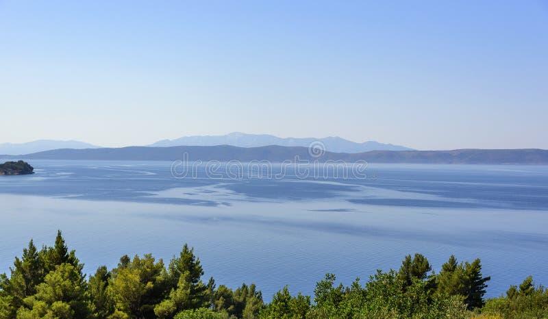 lugnat hav Seascape med en kant på en horisont arkivbild