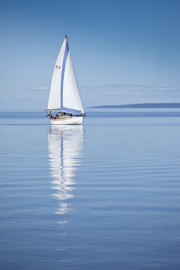 lugnat segelbåtvatten royaltyfria foton