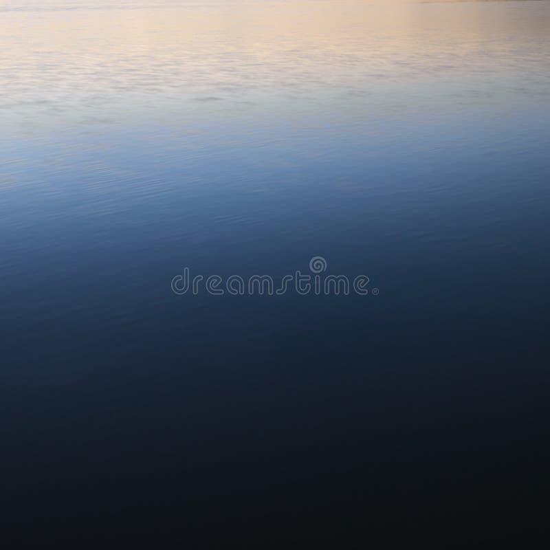 lugnat vatten för blue fotografering för bildbyråer