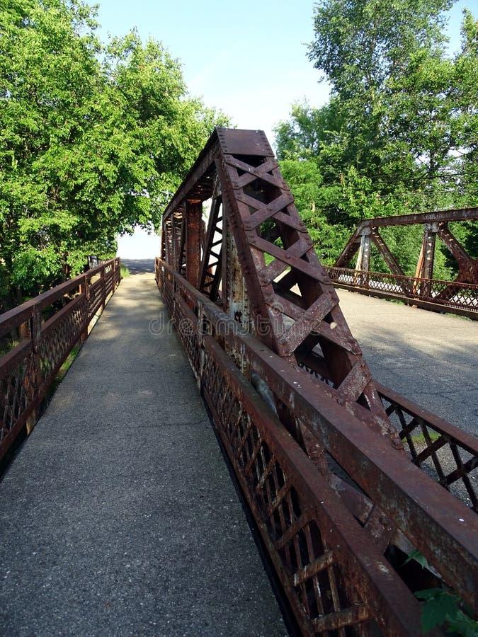 Lui arco d'arrugginimento di un ponte della strada immagine stock