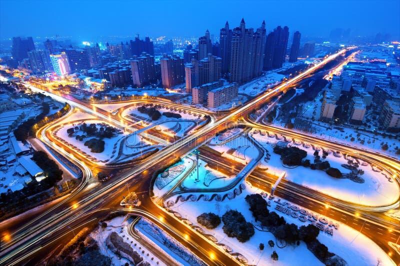 Lui neve moderna di notte del viadotto della città immagini stock libere da diritti