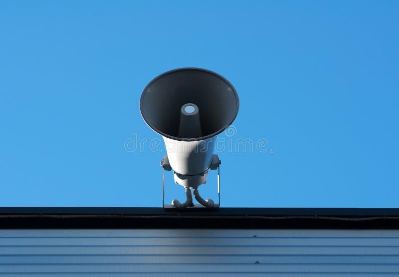 Luidspreker op dak het gebouw stock foto