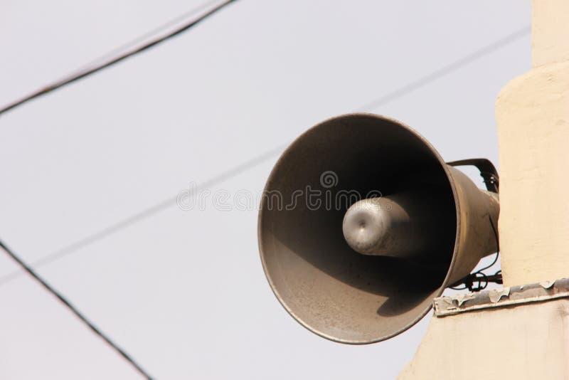 Luidspreker op het gebouw informatie en mededeling royalty-vrije stock afbeelding