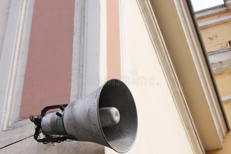 Luidspreker op het gebouw informatie en mededeling royalty-vrije stock foto's