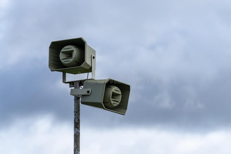 Luidsprekers over de achtergrond van de lucht Uitzending en luidsprekertower royalty-vrije stock afbeelding