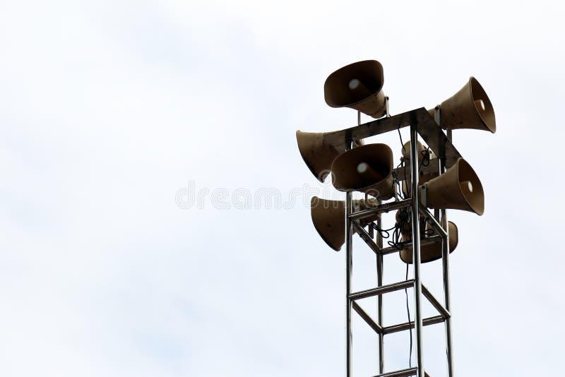 Luidsprekerstoren voor public relations op metaalpool royalty-vrije stock foto