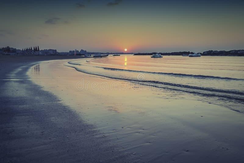 Luie golven op het zandstrand royalty-vrije stock afbeelding