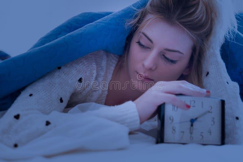 Luie jonge meisjesontwaken in de ochtend stock afbeeldingen